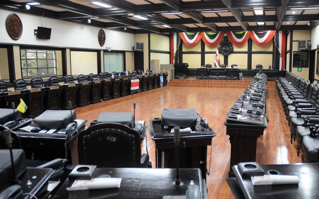 Asamblea legislativa cerrada por funcionario infectado de COVID-19.